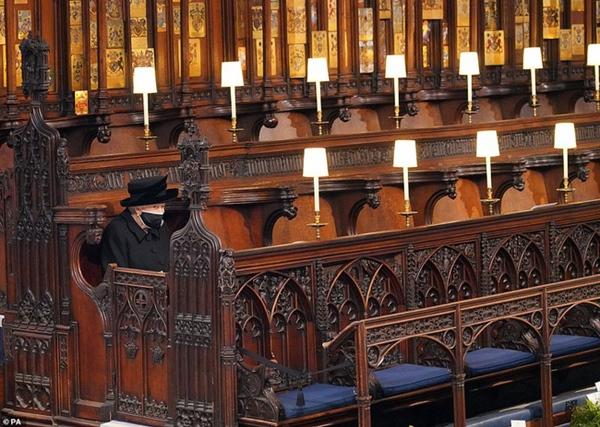 Khoảnh khắc gây nhói lòng trong đám tang Hoàng tế Philip: Nữ hoàng Anh ngồi lặng lẽ tại nơi mà trước đây luôn có chồng nhìn sang trìu mến-1
