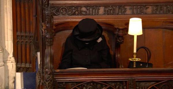Khoảnh khắc gây nhói lòng trong đám tang Hoàng tế Philip: Nữ hoàng Anh ngồi lặng lẽ tại nơi mà trước đây luôn có chồng nhìn sang trìu mến-2