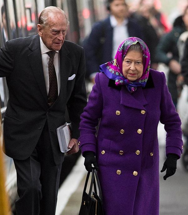 Khoảnh khắc gây nhói lòng trong đám tang Hoàng tế Philip: Nữ hoàng Anh ngồi lặng lẽ tại nơi mà trước đây luôn có chồng nhìn sang trìu mến-3