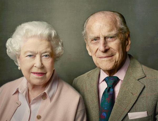 Khoảnh khắc gây nhói lòng trong đám tang Hoàng tế Philip: Nữ hoàng Anh ngồi lặng lẽ tại nơi mà trước đây luôn có chồng nhìn sang trìu mến-4