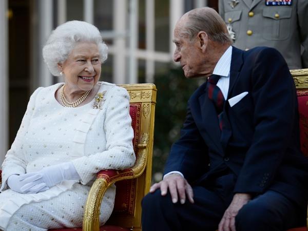 Khoảnh khắc gây nhói lòng trong đám tang Hoàng tế Philip: Nữ hoàng Anh ngồi lặng lẽ tại nơi mà trước đây luôn có chồng nhìn sang trìu mến-5
