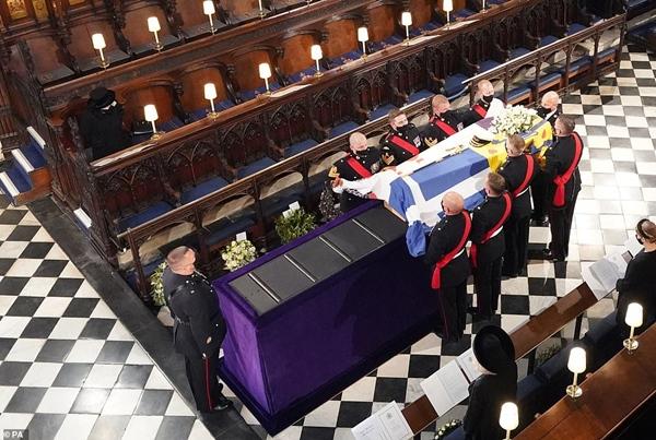 Khoảnh khắc gây nhói lòng trong đám tang Hoàng tế Philip: Nữ hoàng Anh ngồi lặng lẽ tại nơi mà trước đây luôn có chồng nhìn sang trìu mến-7