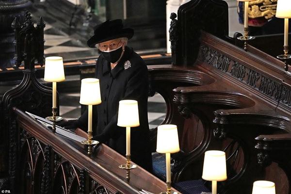 Khoảnh khắc gây nhói lòng trong đám tang Hoàng tế Philip: Nữ hoàng Anh ngồi lặng lẽ tại nơi mà trước đây luôn có chồng nhìn sang trìu mến-9