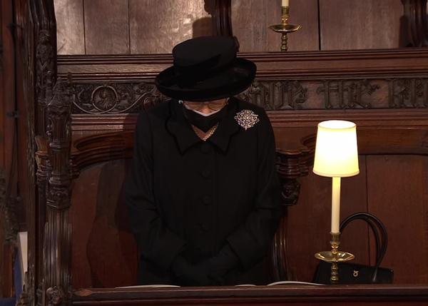 Khoảnh khắc gây nhói lòng trong đám tang Hoàng tế Philip: Nữ hoàng Anh ngồi lặng lẽ tại nơi mà trước đây luôn có chồng nhìn sang trìu mến-10