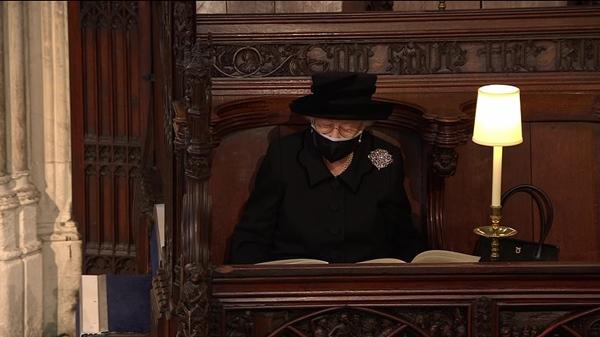 Khoảnh khắc gây nhói lòng trong đám tang Hoàng tế Philip: Nữ hoàng Anh ngồi lặng lẽ tại nơi mà trước đây luôn có chồng nhìn sang trìu mến-11