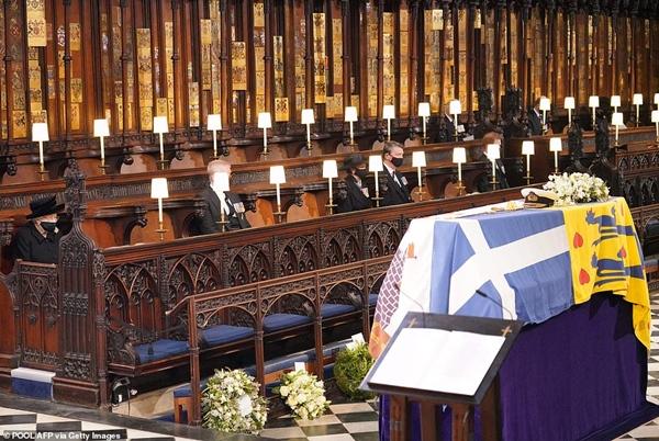 Khoảnh khắc gây nhói lòng trong đám tang Hoàng tế Philip: Nữ hoàng Anh ngồi lặng lẽ tại nơi mà trước đây luôn có chồng nhìn sang trìu mến-12