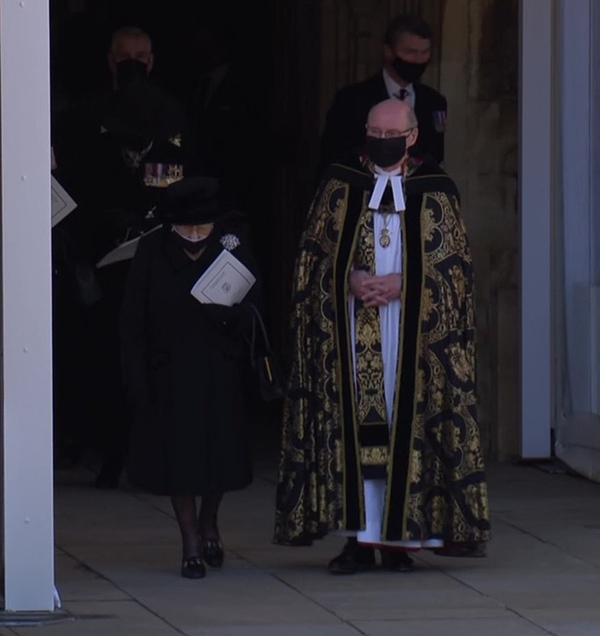 Khoảnh khắc gây nhói lòng trong đám tang Hoàng tế Philip: Nữ hoàng Anh ngồi lặng lẽ tại nơi mà trước đây luôn có chồng nhìn sang trìu mến-14