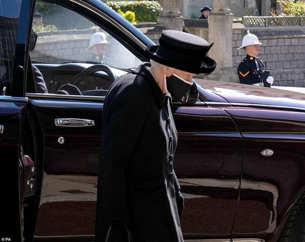 Khoảnh khắc gây nhói lòng trong đám tang Hoàng tế Philip: Nữ hoàng Anh ngồi lặng lẽ tại nơi mà trước đây luôn có chồng nhìn sang trìu mến-19