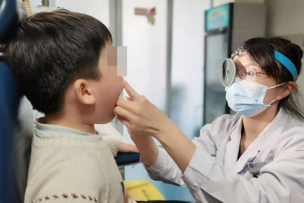 Bé trai 5 tuổi bị u nang dây thanh quản, bố mẹ nên cẩn trọng với thói quen khóc hoặc la hét của con-1