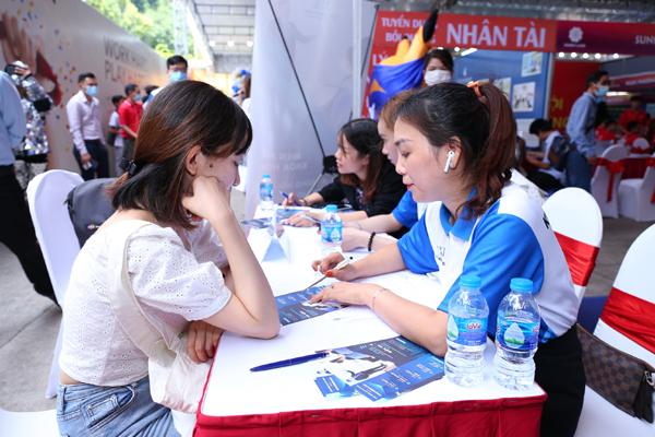 Hàng nghìn ứng viên tham dự đại hội tuyển dụng tư vấn bất động sản Vinhomes-2