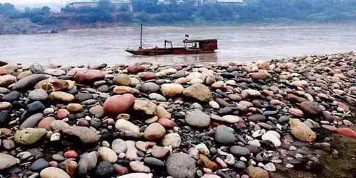 Ngôi làng ẩn chứa báu vật ở đáy sông, chỉ cần nhặt đại một cục đá cuội đem bán cũng đủ tiền mua xe, sửa nhà-2