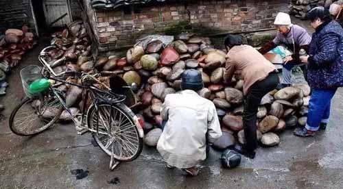Ngôi làng ẩn chứa báu vật ở đáy sông, chỉ cần nhặt đại một cục đá cuội đem bán cũng đủ tiền mua xe, sửa nhà-4
