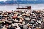 Ngôi làng ẩn chứa 'báu vật' ở đáy sông, chỉ cần nhặt đại một cục đá cuội đem bán cũng đủ tiền mua xe, sửa nhà