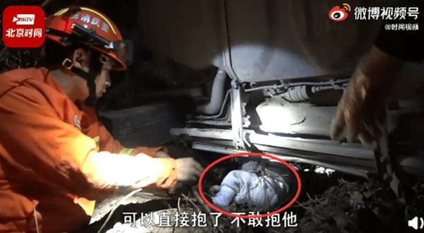 Xe địa hình rơi xuống vách núi 20m, nạn nhân trong xe may mắn thoát chết trong gang tấc và điều kỳ diệu nhất lại nằm dưới hố trũng-2