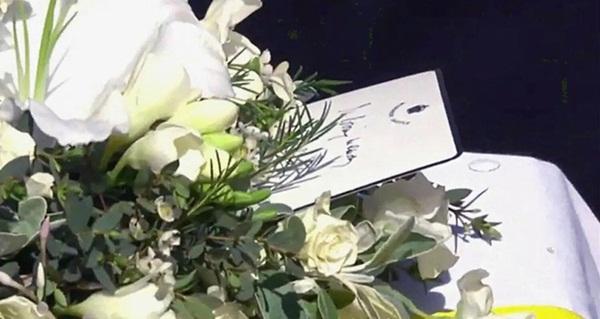 Hé lộ chi tiết ngọt ngào trong bức thư Nữ hoàng tự tay viết đặt trên linh cữu Hoàng thân Philip cùng kỷ vật đặc biệt bà giữ trong túi suốt tang lễ-1