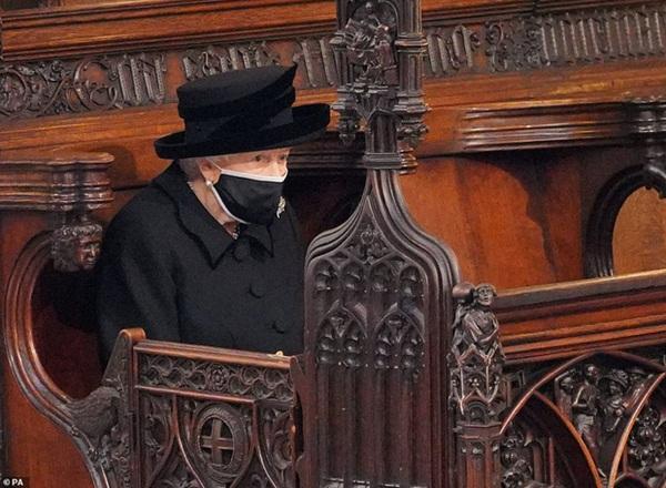 Hé lộ chi tiết ngọt ngào trong bức thư Nữ hoàng tự tay viết đặt trên linh cữu Hoàng thân Philip cùng kỷ vật đặc biệt bà giữ trong túi suốt tang lễ-3