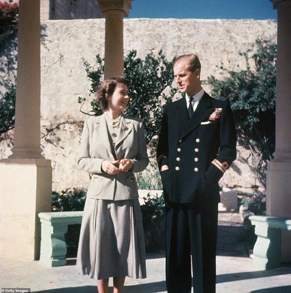 Hé lộ chi tiết ngọt ngào trong bức thư Nữ hoàng tự tay viết đặt trên linh cữu Hoàng thân Philip cùng kỷ vật đặc biệt bà giữ trong túi suốt tang lễ-4