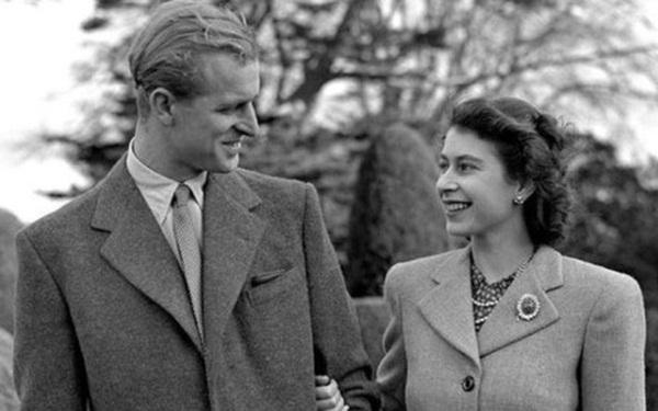Hé lộ chi tiết ngọt ngào trong bức thư Nữ hoàng tự tay viết đặt trên linh cữu Hoàng thân Philip cùng kỷ vật đặc biệt bà giữ trong túi suốt tang lễ-5