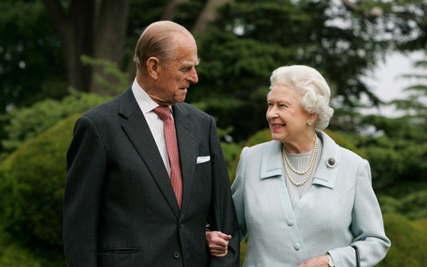 Hé lộ chi tiết ngọt ngào trong bức thư Nữ hoàng tự tay viết đặt trên linh cữu Hoàng thân Philip cùng kỷ vật đặc biệt bà giữ trong túi suốt tang lễ-6