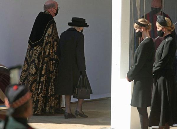 Hé lộ chi tiết ngọt ngào trong bức thư Nữ hoàng tự tay viết đặt trên linh cữu Hoàng thân Philip cùng kỷ vật đặc biệt bà giữ trong túi suốt tang lễ-7
