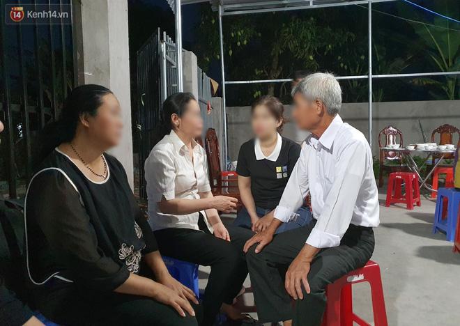 Quặn lòng đám tang bé gái 5 tuổi nghi bị hiếp dâm: Nó gọi điện hỏi ba về chưa, giờ ba về mà nó nằm đó lạnh lẽo...-12
