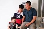 Vợ mất khi mang thai đứa con thứ 9, ông bố 'gà trống' nuôi 8 đứa con thơ: 'Dù khó khăn, bố con mình vẫn nuôi nhau cho vui'