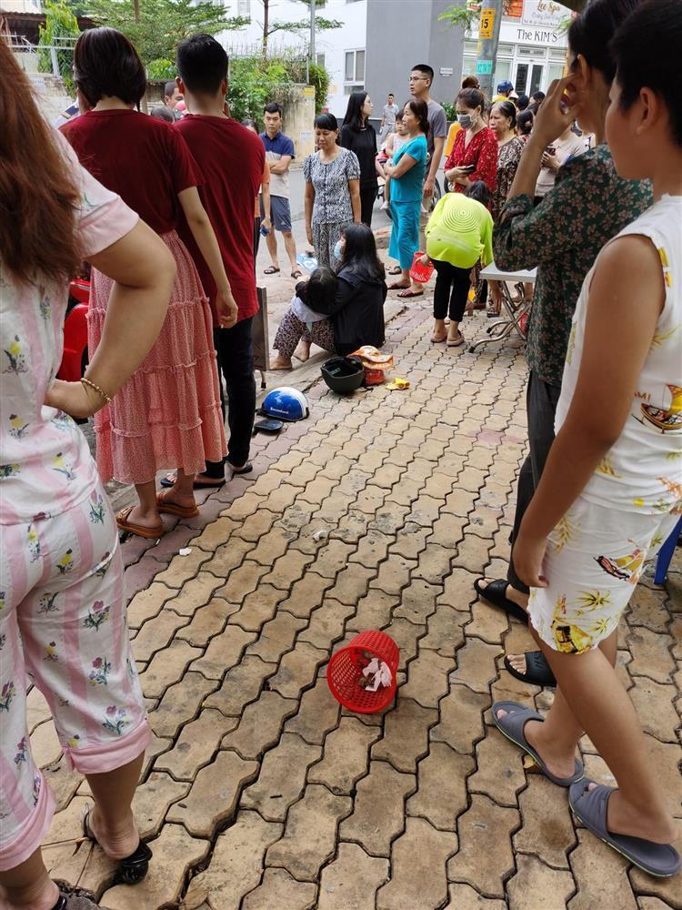 Vụ nữ tài xế nghi đạp nhầm chân ga tông trúng 2 mẹ con: Kinh hãi khoảnh khắc bé gái bị hất văng xa nhiều mét, nằm im bất động-3