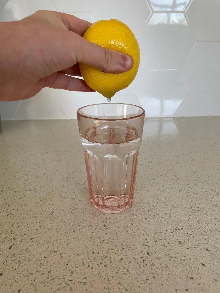 Mẹo hay vắt chanh không cần cắt vừa lấy triệt để nước, vừa tách được hạt-3