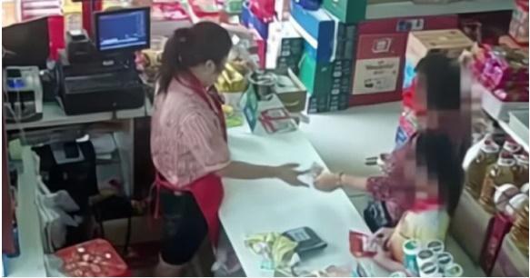 Bé trai bị bắt quả tang ăn trộm trong siêu thị, bảo vệ chạy lại khám xét, món đồ được lôi ra khiến người xung quanh nín lặng-1