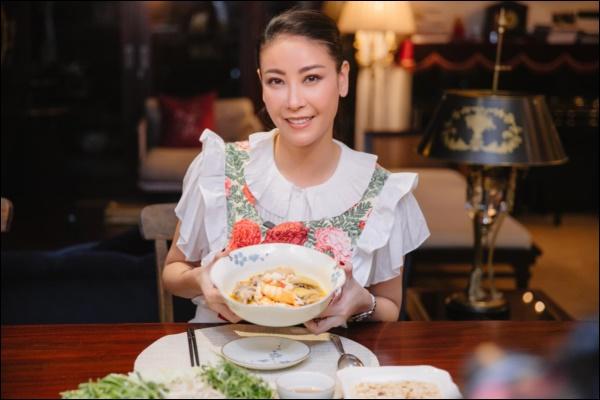 Nhà có 5 giúp việc mà Hoa hậu Hà Kiều Anh vẫn đảm đang khó ai bì kịp, tự tay làm bún ốc chuẩn vị Bắc đãi chồng con-5