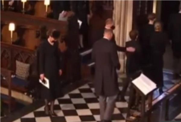 Đẳng cấp như Công nương Kate: Chỉ với loạt cử chỉ trong tang lễ Hoàng tế Philip đủ làm lu mờ chiêu trò của Meghan ở trời Mỹ-2