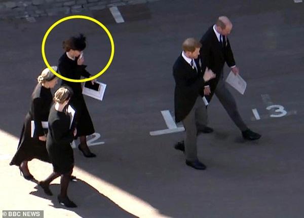 Đẳng cấp như Công nương Kate: Chỉ với loạt cử chỉ trong tang lễ Hoàng tế Philip đủ làm lu mờ chiêu trò của Meghan ở trời Mỹ-4