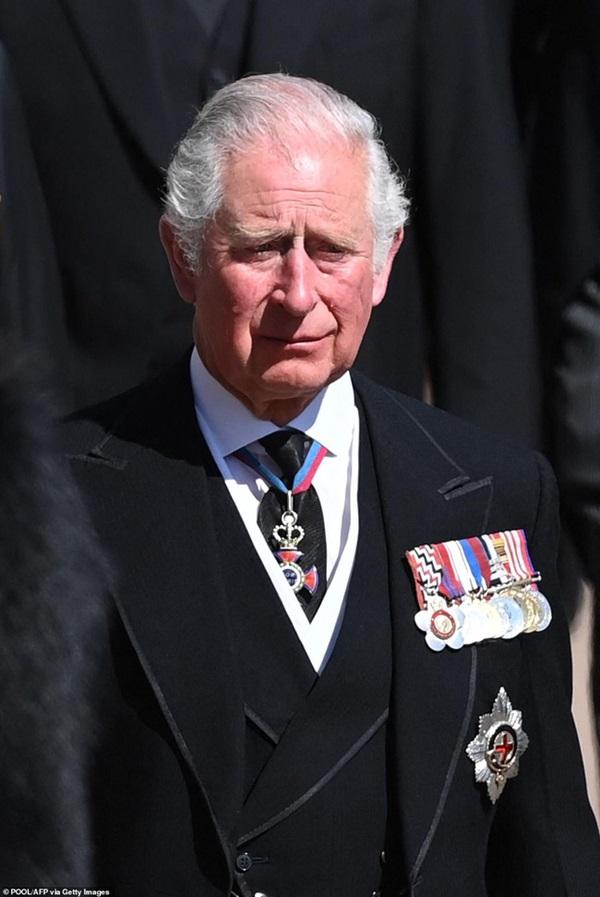 Đẳng cấp như Công nương Kate: Chỉ với loạt cử chỉ trong tang lễ Hoàng tế Philip đủ làm lu mờ chiêu trò của Meghan ở trời Mỹ-6