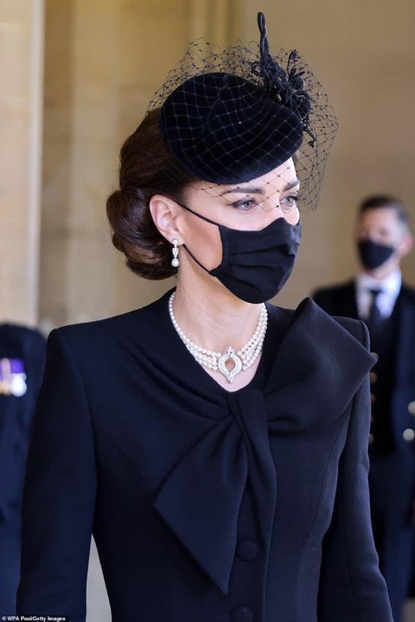 Đẳng cấp như Công nương Kate: Chỉ với loạt cử chỉ trong tang lễ Hoàng tế Philip đủ làm lu mờ chiêu trò của Meghan ở trời Mỹ-7