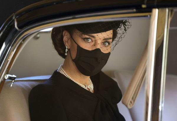 Đẳng cấp như Công nương Kate: Chỉ với loạt cử chỉ trong tang lễ Hoàng tế Philip đủ làm lu mờ chiêu trò của Meghan ở trời Mỹ-8