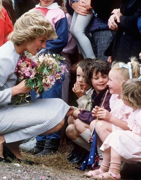 Công nương Diana luôn cúi xuống ngang tầm mắt khi nói chuyện với trẻ nhỏ, bí mật tuyệt vời phía sau khiến nhiều cha mẹ thấy thán phục-5