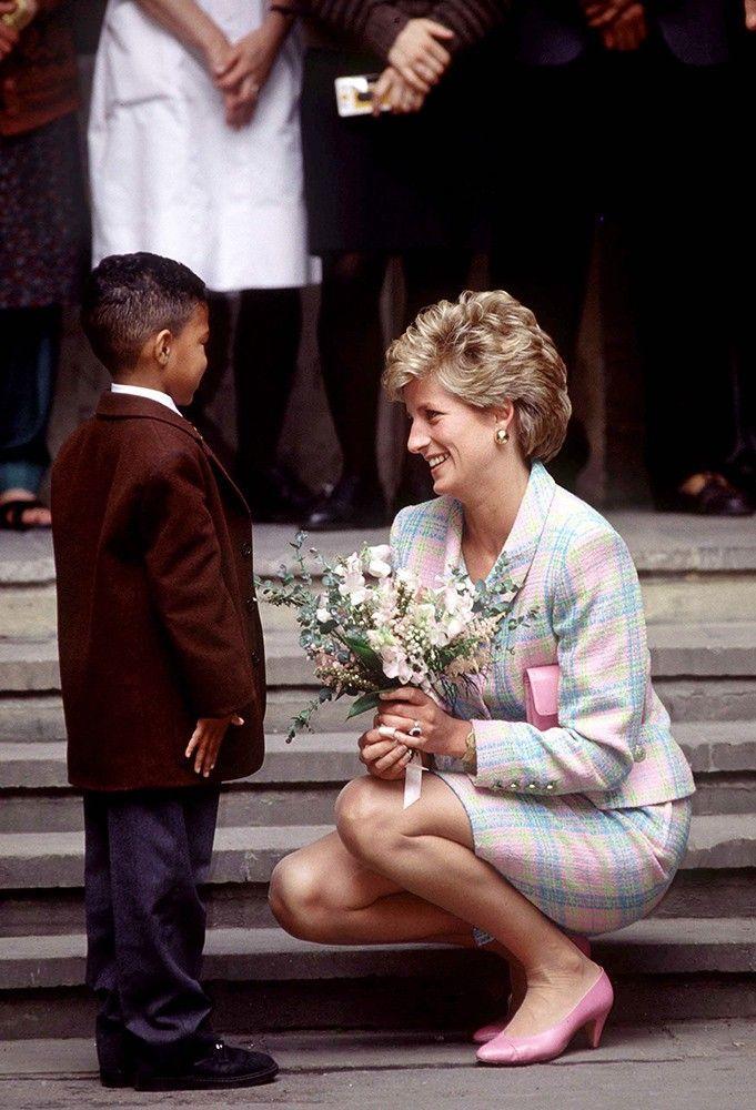 Công nương Diana luôn cúi xuống ngang tầm mắt khi nói chuyện với trẻ nhỏ, bí mật tuyệt vời phía sau khiến nhiều cha mẹ thấy thán phục-2