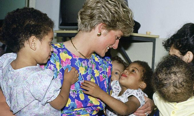 Công nương Diana luôn cúi xuống ngang tầm mắt khi nói chuyện với trẻ nhỏ, bí mật tuyệt vời phía sau khiến nhiều cha mẹ thấy thán phục-4
