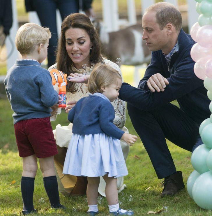 Công nương Diana luôn cúi xuống ngang tầm mắt khi nói chuyện với trẻ nhỏ, bí mật tuyệt vời phía sau khiến nhiều cha mẹ thấy thán phục-6
