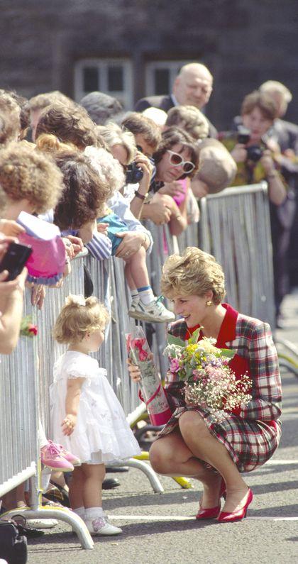 Công nương Diana luôn cúi xuống ngang tầm mắt khi nói chuyện với trẻ nhỏ, bí mật tuyệt vời phía sau khiến nhiều cha mẹ thấy thán phục-3