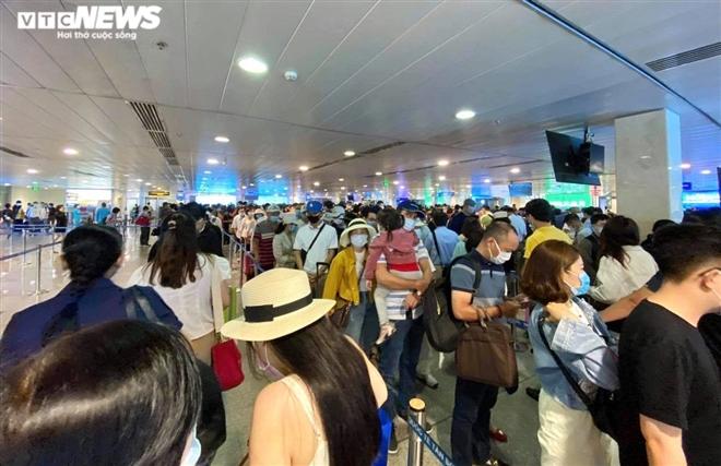Khu soi chiếu an ninh sân bay Tân Sơn Nhất như chợ vỡ, khách kiệt sức chờ đợi-1