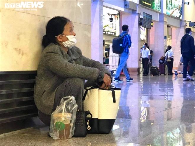 Khu soi chiếu an ninh sân bay Tân Sơn Nhất như chợ vỡ, khách kiệt sức chờ đợi-2