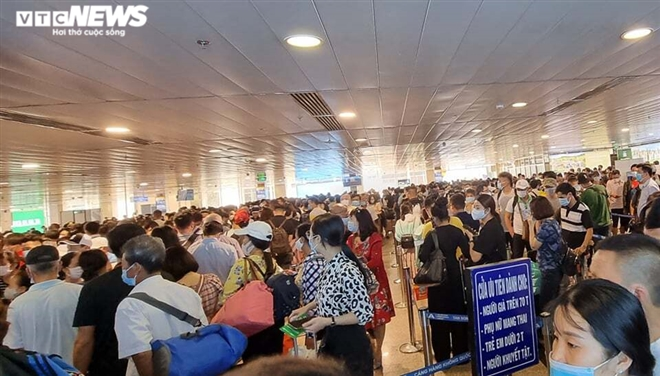 Khu soi chiếu an ninh sân bay Tân Sơn Nhất như chợ vỡ, khách kiệt sức chờ đợi-3