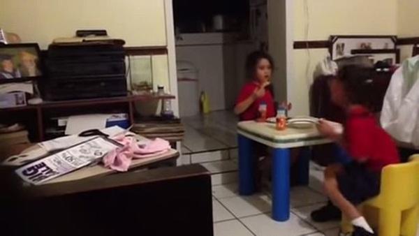 Rùng mình cảnh bé gái bật khóc bỏ chạy khi nhìn vào căn bếp tối đèn, đứa trẻ đối diện ra sức trêu bạn để rồi hét lên trong hoảng loạn-1