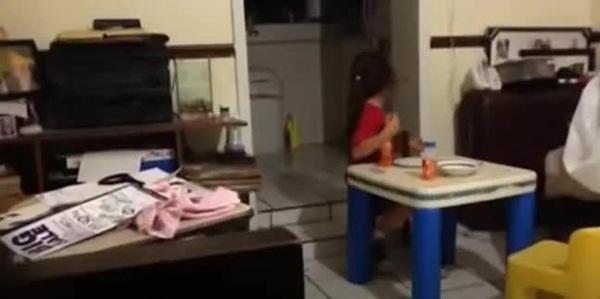 Rùng mình cảnh bé gái bật khóc bỏ chạy khi nhìn vào căn bếp tối đèn, đứa trẻ đối diện ra sức trêu bạn để rồi hét lên trong hoảng loạn-2