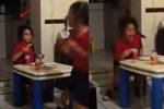 Rùng mình cảnh bé gái bật khóc bỏ chạy khi nhìn vào căn bếp tối đèn, đứa trẻ đối diện ra sức trêu bạn để rồi hét lên trong hoảng loạn