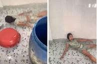 Bắt chước Quắn trong phim Bố Già 'nổi loạn' cô bé 2k bơm nước, biến phòng tắm nhà mình thành bể bơi dịch vụ khiến gia đình khóc thét