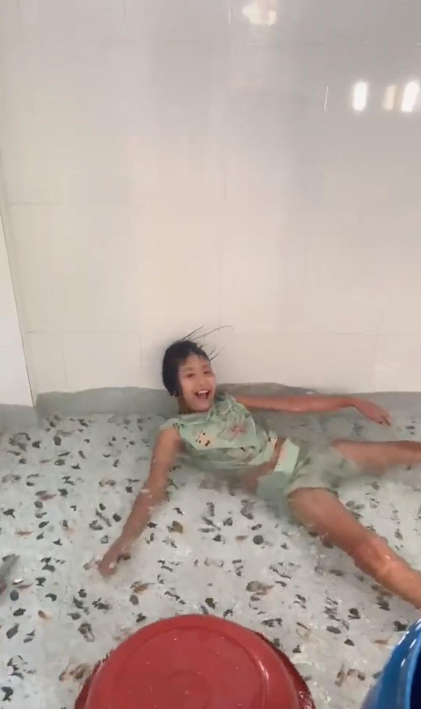 Bắt chước Quắn trong phim Bố Già nổi loạn cô bé 2k bơm nước, biến phòng tắm nhà mình thành bể bơi dịch vụ khiến gia đình khóc thét-2