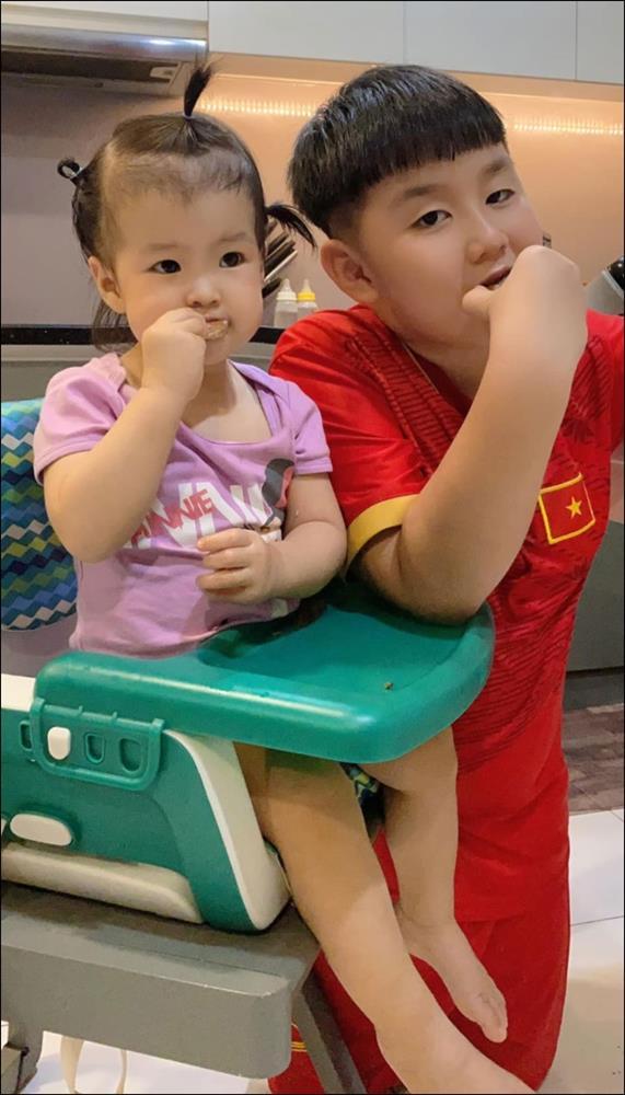Chỉ một hành động nhỏ là đủ thấy tình thương của chồng trẻ Lê Phương dành cho Cà Pháo, cách mẹ chăm sóc con cũng thật đáng nể!-8