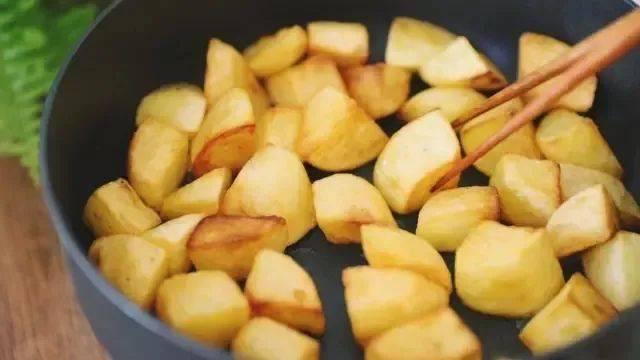 Khoai tây làm theo cách này, vừa là món ăn vặt vừa là món mặn rất đưa cơm-4